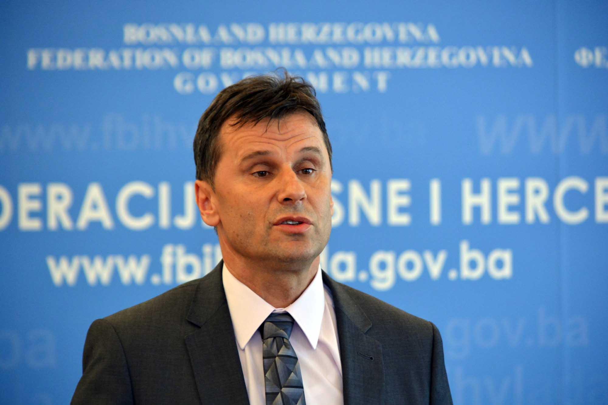 Fadil Novalić pozitivan na koronavirus, pozvao novinare da se testiraju