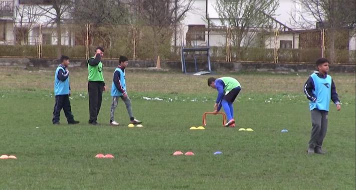 Nogometni klub Jedinstvo iz Bihaća opravdao svoje ime.  U školu nogometa krenulo 50 polaznika iz migranskih porodica!