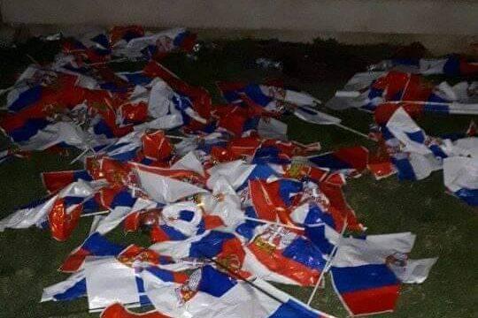 POSLIJE MITINGA: Da li je zastavama mjesto u smeću?