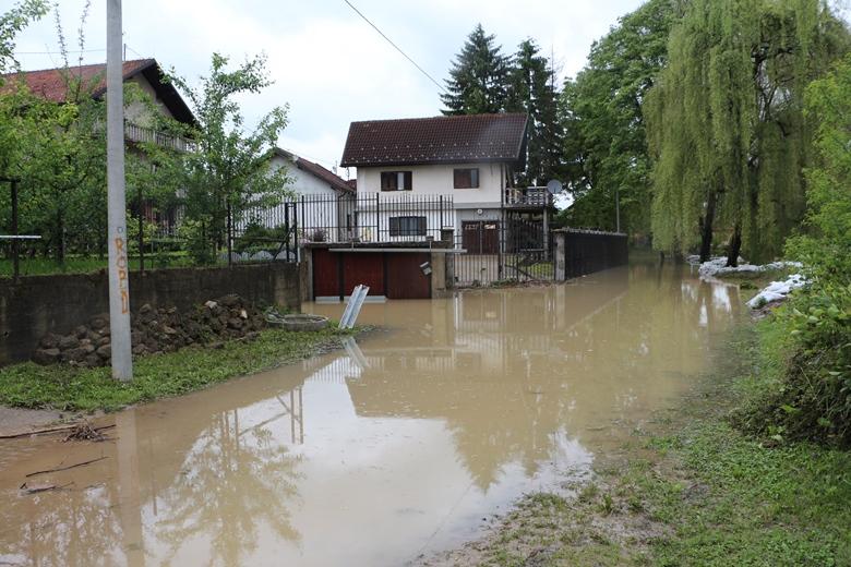 ZVANIČNICI PROTIV GRAĐANA: Stanje na poplavljenim područjima izuzetno klizavo!