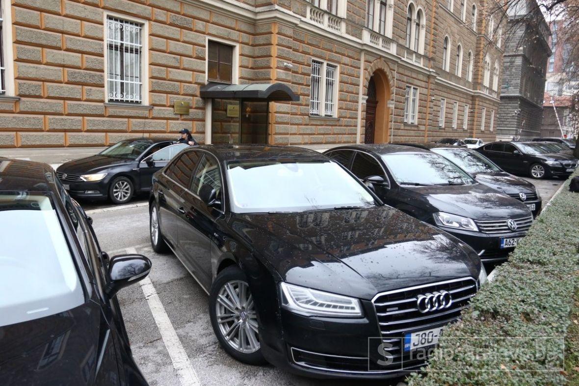 Švedska – deset službenih automobila.  Njemačka 94, a Danska dva.  Bosna i Hercegovina – 10.000!