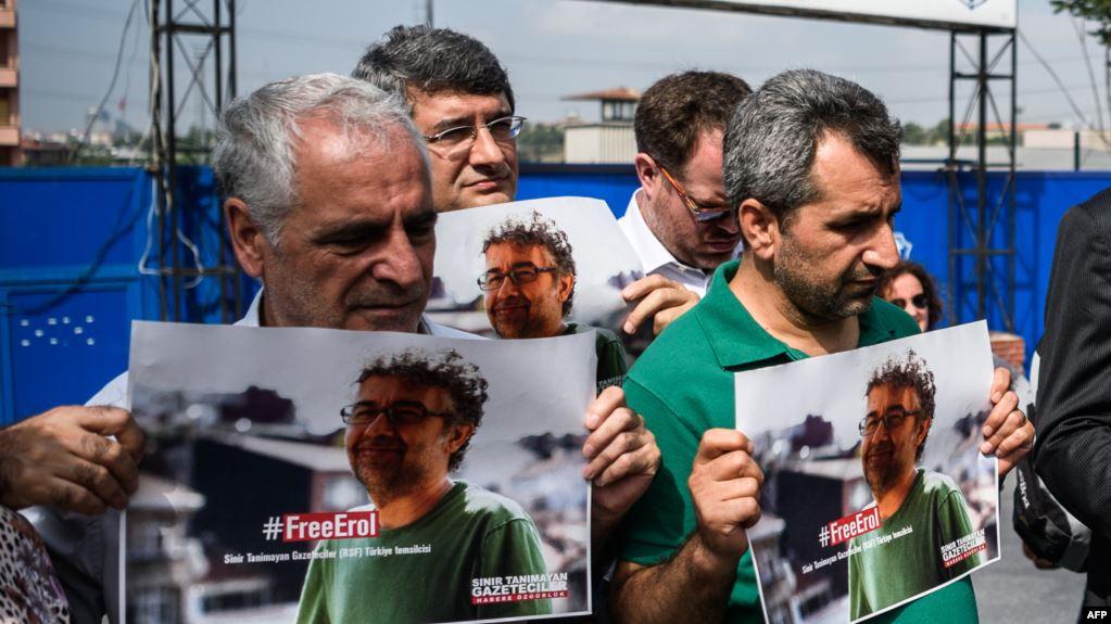 """Predstavnik Reportera bez granica oslobođen pred turskim sudom optužbi za """"terorističku propagandu"""""""