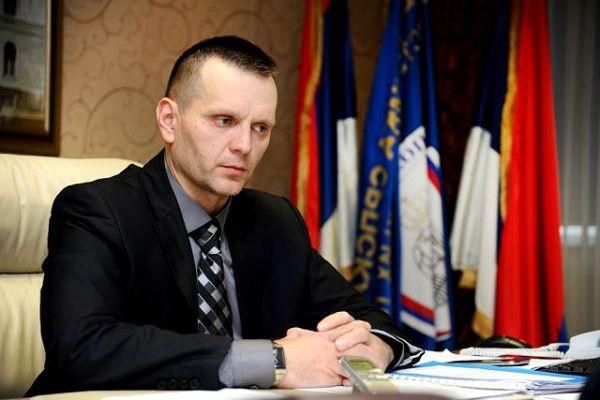 (V)LAŽNE VIJESTI: Ministar Lukač nezadovoljan učinkom policije, od ponedjeljka će osobno prebijati građane
