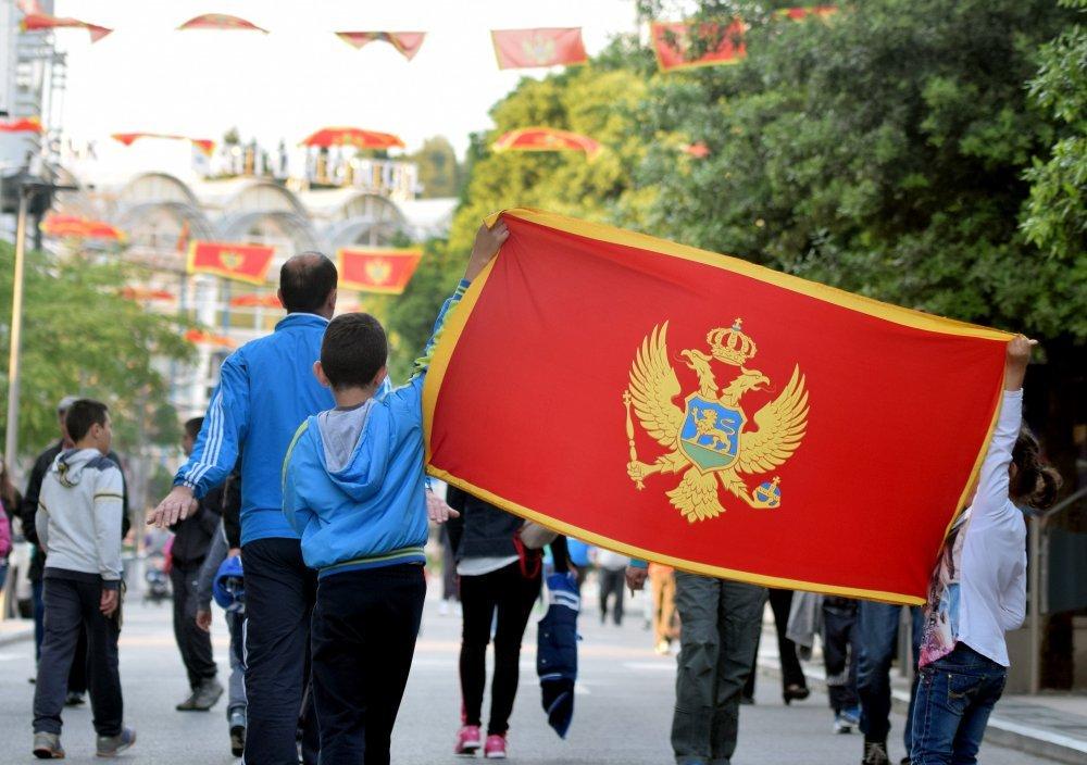 Sram vas bilo, Crnogorci. Provocirate Srbiju mašući svojom državnom zastavom u Podgorici!