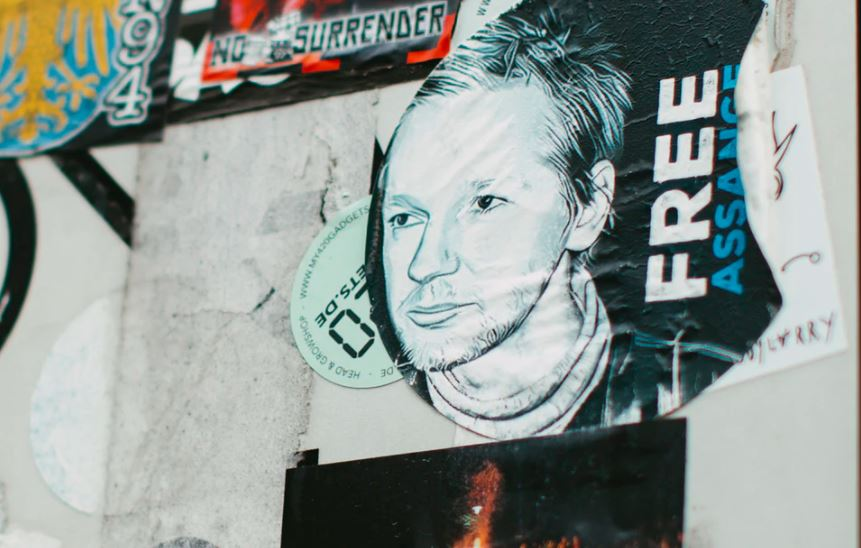 Assange bi mogao služiti 175 godina dugu zatvorsku kaznu