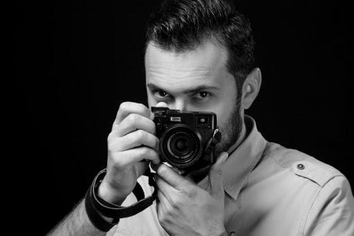 """U Sarajevu otvorena izložba """"Duša Srebrenice"""" fotografa Midhata Poturovića"""