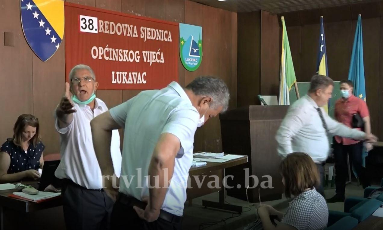 Predsjedavajući Općinskog vijeća Lukavac snimatelju zaprijetio da će mu razbiti kameru