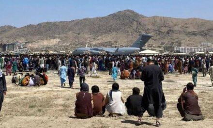 Ljudi na aerodromu u Kabulu bježe od talibana samo s koferom